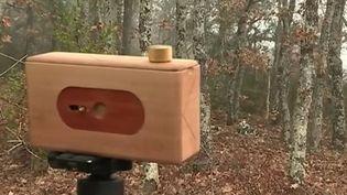 À l'heure du tout numérique, un photographe s'est lancé dans la fabrication artisanale d'appareil photo argentique en bois. (France 3)