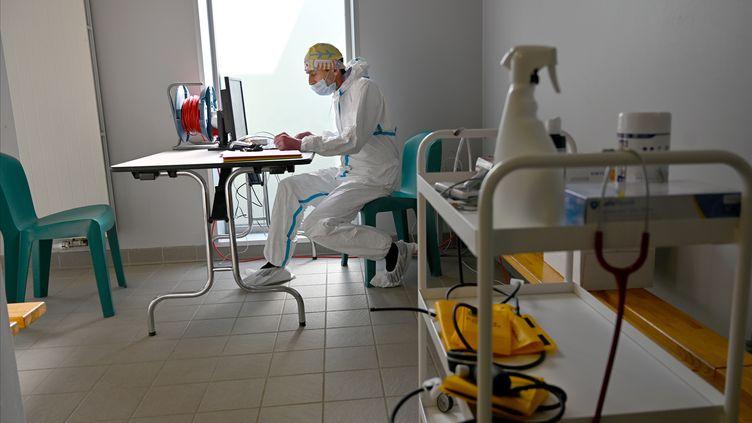 Un médecin durant une consultation dans un centre Covid-19 à Tinténiac (Ille-et-Vilaine). (DAMIEN MEYER / AFP)