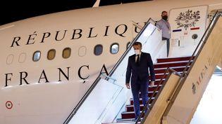 Emmanuel Macron arrive à l'aéroport international de Beyrouth, lundi 31 août 2020. (GONZALO FUENTES / POOL)