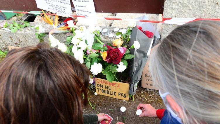 Despersonnes allument des bougies à la mémoire de Chahinez, 31 ans, brûlée vive par son mari, le 5 mai 2021 à Mérignac (Gironde). (MEHDI FEDOUACH / AFP)
