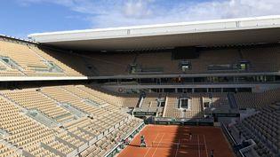 Le court central de Roland Garros le 4 octobre 2020. (EMMA SARANGO / RADIO FRANCE)