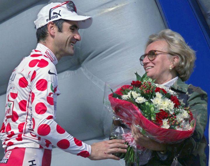 En 2001, Bernadette Chirac remet le maillot à poids à Laurent Jalabert lors de l'arrivée à Sarrans. (FRANCK FIFE / AFP)