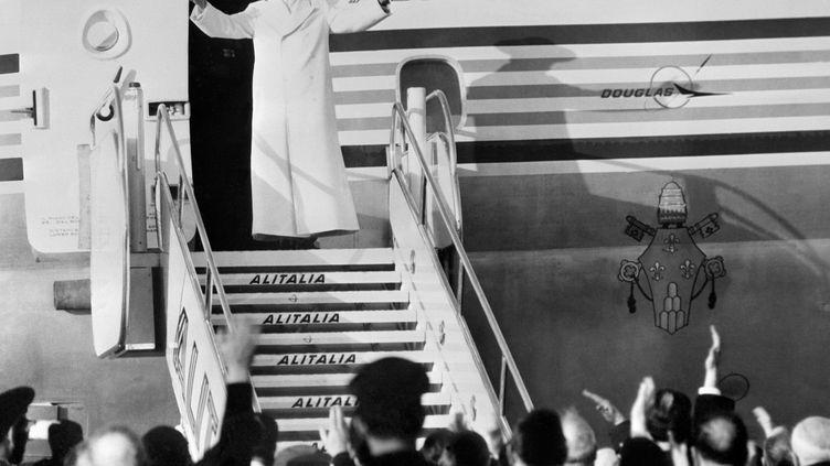 Paul VI salue la foule avant de s'envoler vers Israël, premier voyage d'un pape à l'étranger en 150 ans. Rome (Italie), le 4 janvier 1964. (AFP)