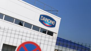 Une usine Danone à Ferrières-en-Bray (Seine-Maritime). Photo d'illustration. (CHARLY TRIBALLEAU / AFP)