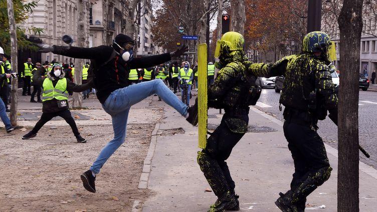 Un manifestant frappe un policier, à Paris, le 1er décembre 2018. (ALAIN JOCARD / AFP)