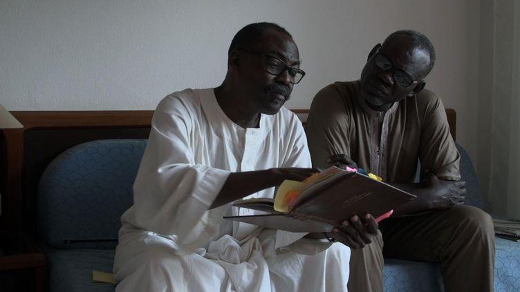 Clément Abaïfouta (à droite), le président de l'Association des victimes des crimes du régime d'Hissène Habré, aux côtés du cinéaste Mahamat-Saleh Haroun qui signe le documentaire «Hissein Habré, une tragédie tchadienne». (Photo du film «Hissein Habré, une tragédie tchadienne»/DR)