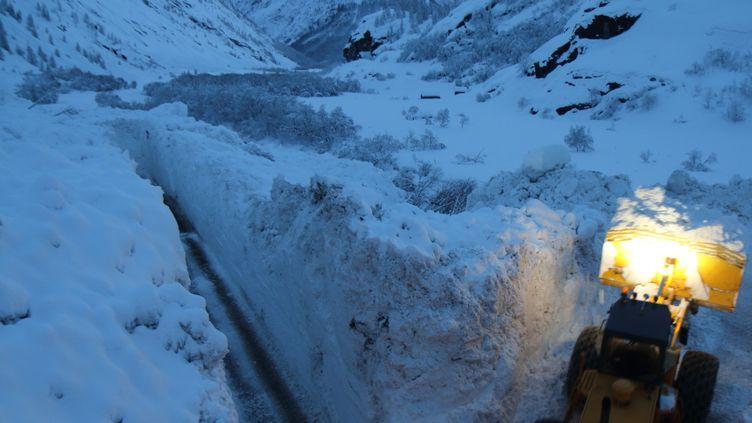 Le travail du chasse-neige a permis d'organiser des convois pour ravitailler Bonneval-sur-Arc (Savoie), le 9 janvier 2018. (ALAIN DUCLOS)