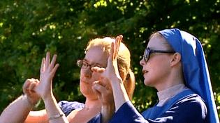 Sur le tournage, Isabelle Carré (à droite) répète avec Sandrine Schwartz, interprète en langue des signes  (France 3 Culturebox)