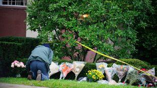 Un homme dépose des fleurs devant la synagogue où la tuerie a eu lieu. (VINCENT PUGLIESE / EPA)