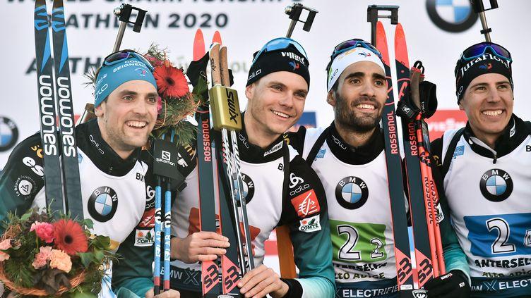 De droite à gauche, Simon Desthieux, Emilien Jacquelin et Quentin Fillon-Maillet entourent Martin Fourcade après leur victoire en relais lors des championnats du Monde 2020 à Antholz-Anterselva. (MARCO BERTORELLO / AFP)