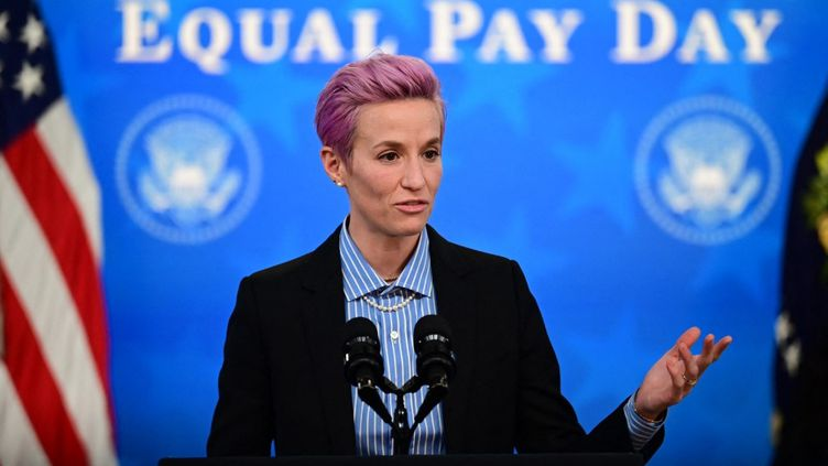 En mars 2021, la footballeuse Megan Rapinoe avait été reçue à la Maison Blanche pour évoquer les discrimations salariales entre hommes et femmes. (JIM WATSON / AFP)