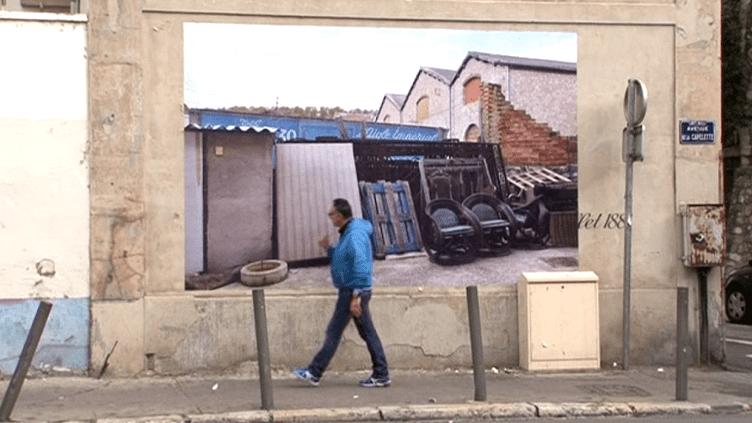 Une des quarante photos géantes exposées sur les murs du quartier de la Capelette à Marseille (10e)  (Capture d'écran / Culturebox)