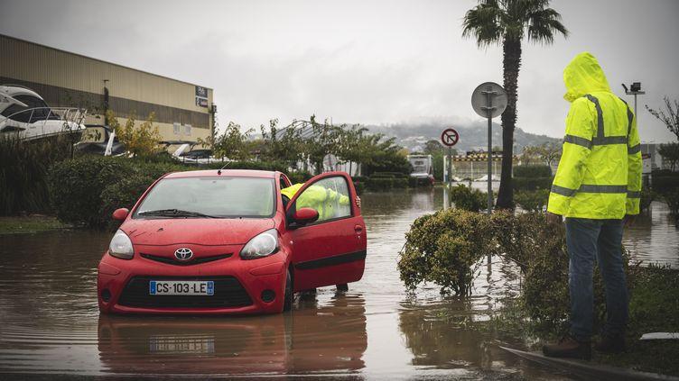 Une voiture sur un parking,le 24 novembre 2019, à Mandelieu-la-Napoule (Alpes-Maritimes), (FREDERIC DIDES / HANS LUCAS / AFP)