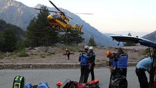 Des gendarmes de haute montagne partent à la recherche de victimes d'une coulée de boue survenue sur le GR20 (Haute-Corse), le 10 juin 2015. (PASCAL POCHARD CASABIANCA / AFP)