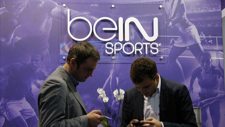 Des visiteurs du salon Sportel devant le stand de BeIn Sports, le 8 octobre 2014, à Monte Carlo. (ERIC GAILLARD / REUTERS)