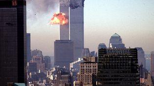 Unavion s'écrase dans la tour sud du World Trade Center, le 11 septembre 2001. Quelques minutes avant, un premier appareil s'est encastré dans la tour nord. (SETH MCALLISTER / AFP)