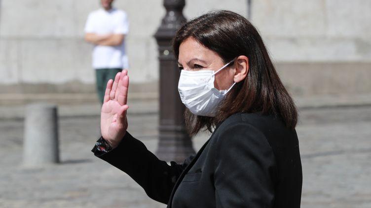 La maire PS sortante de Paris Anne Hidalgo signe un accord d'alliance avec le candidat écologiste David Belliard, pour le second tour des municipales du 28 juin. (LUDOVIC MARIN / AFP)