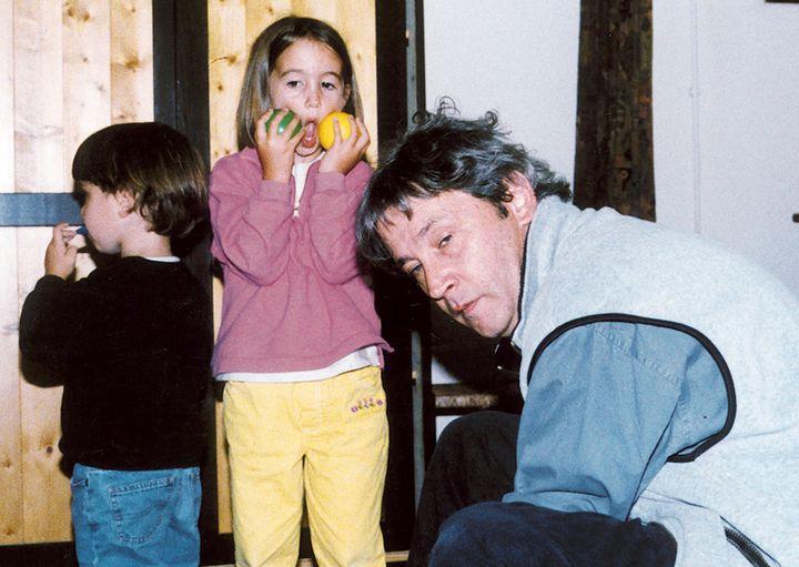 Yves Godard et ses deux enfants sur une photo non-datée, avant leur disparition en septembre 1999 au large de St-Malo. (REUTERS)