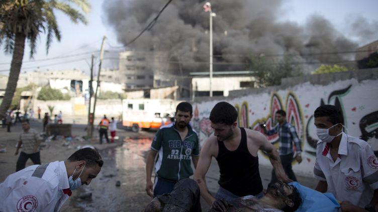 Un blessé est évacué du quartier deChajaya, près de Gaza, après une frappe aérienne de l'armée israélienne, le 30 juillet 2014. (MARCO LONGARI / AFP)