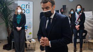 Emmanuel Macron en visite dans les locaux de la CAF de Tours, mardi 5 janvier 2021. (LOIC VENANCE / POOL)