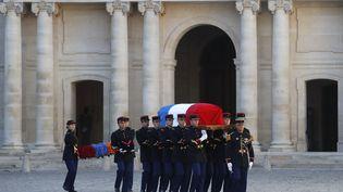 La garde républicaine française portant le cercueil de Charles Aznavour lors de l'hommage national au chanteur organisé aux Invalides le 5 octobre 2018. (CHRISTOPHE ENA / AP)
