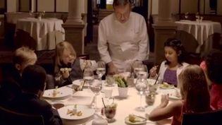 Six enfants de Brooklyn dînent chez Daniel, un restaurant gastronomique New-yorkais. (NY TIMES / YOUTUBE)