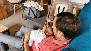 Moins de 1% des pères ont pris un congé parental à temps plein en 2020, malgré une légère augmentation en cinq ans. Photo d'illustration. (NICOLAS GUYONNET / HANS LUCAS / HANS LUCAS VIA AFP)