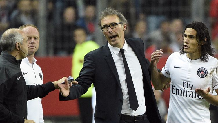 Laurent Blanc et Edinson Cavani, qui vient de se faire expulser au Stade de France (MARTIN BUREAU / AFP)