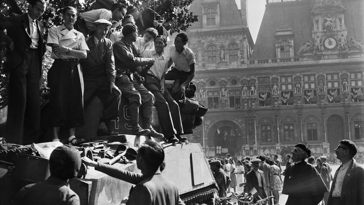 Des Parisiens, accueillant les soldats de la 2e division blindée, devant l'Hôtel de ville de Paris, le 25 août 1944. (- / AFP)