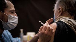 Un homme de plus de 75 ans se fait vacciner à Strasbourg (Bas-Rhin), le 18 janvier 2021. (ELYXANDRO CEGARRA / ANADOLU AGENCY / AFP)