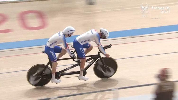 Alexandre Lloveras et Corentin Ermenault lors de l'épreuve de poursuite des Jeux paralympiques de Tokyo. (France.tv)