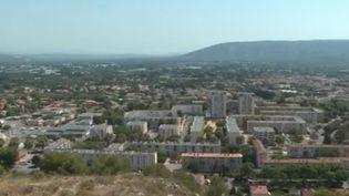 Les habitants de la cité du docteur Ayme, à Cavaillon (Vaucluse), sont otages de la violence. Une nouvelle fusillade a eu lieu dans la matinée du mardi 21 septembre. Les enfants d'une école primaire ont dû être confinés. (FRANCE 3)
