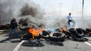 Des employés de MyFerryLink bloquent l'autoroute A16, le 21 juillet 2015 à Calais (Pas-de-Calais). (DENIS CHARLET / AFP)