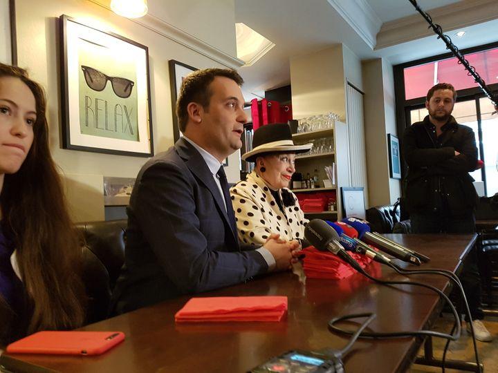 Florian Philippot et Geneviève de Fontenay le 23 avril 2018 dans un café du 6e arrondissement de Paris. (DAMIEN TRIOMPHE / FRANCEINFO)