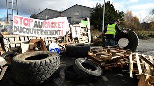 """Des """"gilets jaunes"""" bloquent un dépôt pétrolier au Mans (Sarthe), le 4 décembre 2018. (JEAN-FRANCOIS MONIER / AFP)"""