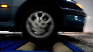 Une voiture passe le contrôle technique. Photo d'illustration. (MYCHELE DANIAU / AFP)