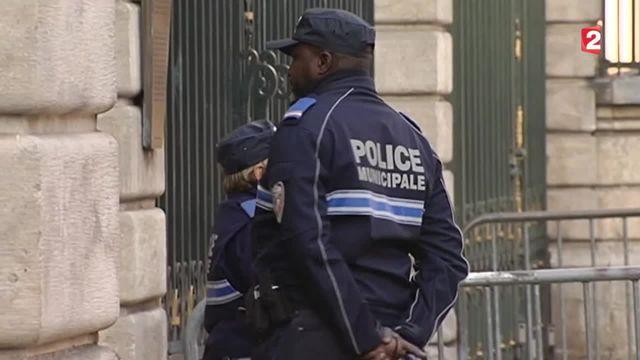 Attentats à Paris : le port d'arme des policiers municipaux en débat à Lyon