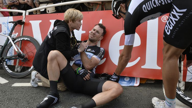 Mark Cavendish touché à l'épaule droite après sa chute à Harrogate (JEFF PACHOUD / AFP)
