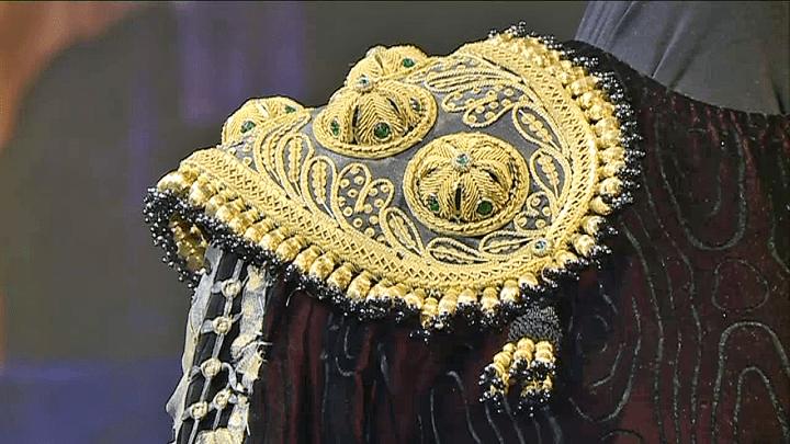 Bijoux et dorures, le style Lacroix orne la robe de Carmen  (France 3 / Culturebox)