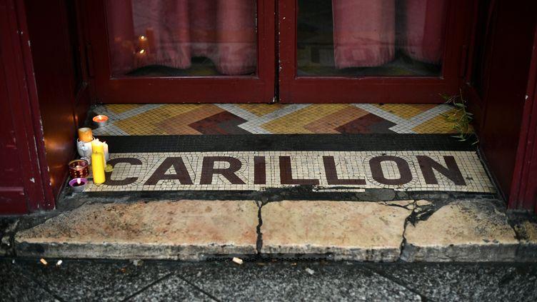 Le palier du bar Le Carillon, à Paris, où 15 personnes ont été tuées lors des attaques jihadistes du 13 novembre 2015. (PHILIPPE LOPEZ / AFP)