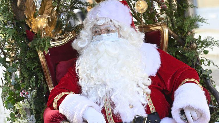 Le père Noël est masqué, dans les rues de Rennes, le 19 décembre 2020. (THOMAS BREGARDIS / MAXPPP)