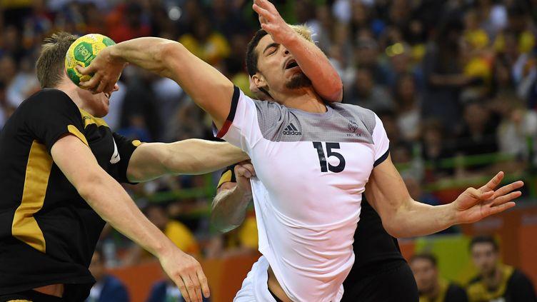 Mathieu Grebille sous le maillot de l'équipe de France de handball.  (ROBERTO SCHMIDT / AFP)