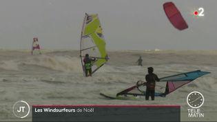 Des véliplanchistes dans la Manche fin décembre (FRANCE 2)