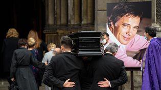 4 juin 2020, cérémonie d'obsèques de l'humoriste et comédien Guy Bedos. Le cercueil entre dans l'église Saint-Germain-des Prés. (BERTRAND GUAY / AFP)