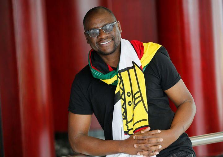 Le pasteur Mawarire, le drapeau zimbabwéen autour du cou, a créé le mouvement #ThisFlag. (Siphiwe SIBEKO / REUTERS)