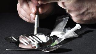 Illustration de la consammation de cocaïne et d'héroïne. (NATHALIE BOURREAU / MAXPPP)