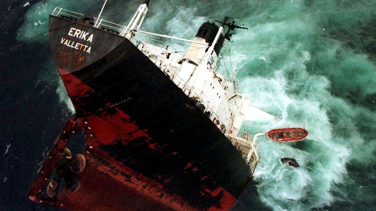 Le pétrolier Erika a fait naufrage à environ 80 km des côtes bretonnes, avant que sa partie avant ne sombre, le 13 décembre 1999. (MAXPPP)