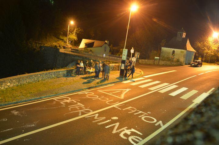 Des opposants à la réintroduction de l'ours surveillent la RN134, le 28 septembre à Sarrance (Pyrénées-Atlantiques). (THOMAS BAIETTO / FRANCEINFO)