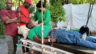 Des médecins cubains soignent une victime duséisme à Jérémie, en Haïti, samedi 14 août. (HANDOUT / AFP)