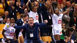 Quatorze ans après son premier sacre, l'entraîneur Olivier Krumbholz a hissé pour la deuxième fois le handball féminin français au sommet du Mondial (PATRIK STOLLARZ / AFP)